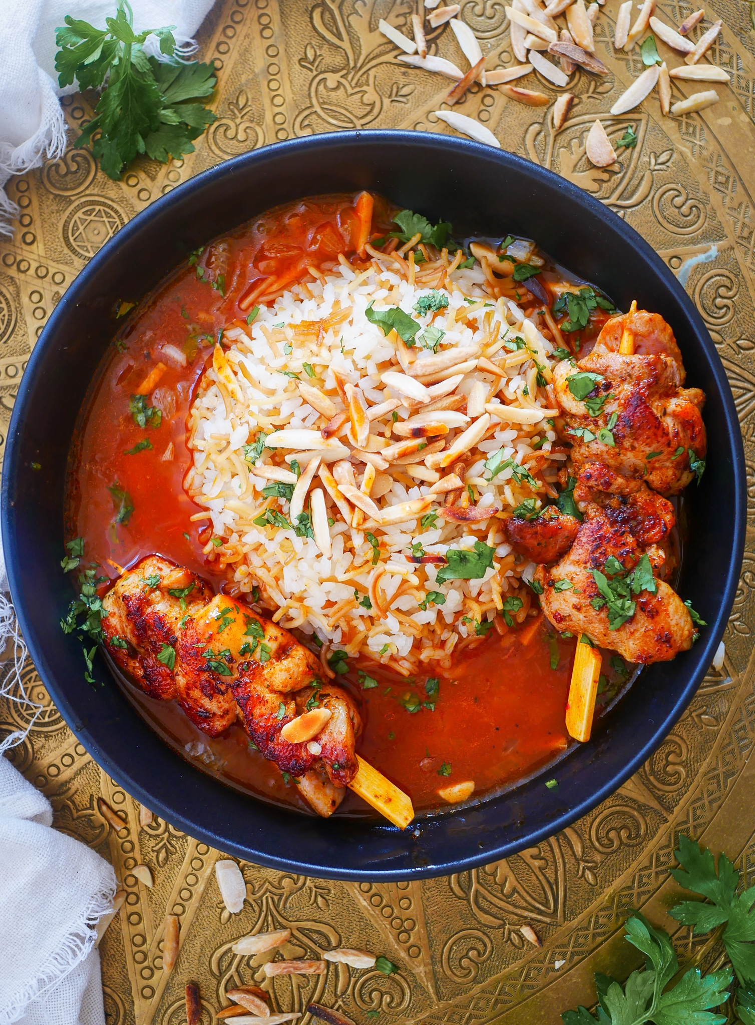 Reis mit Soße und Hühnchen